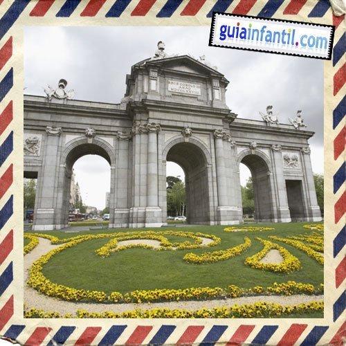 Puerta de Alcalá. Viajar a Madrid con los niños