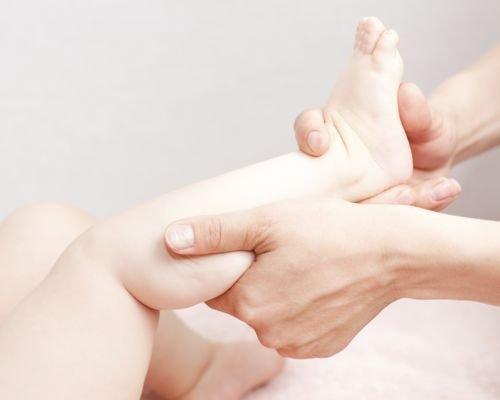 3. Masajea las piernas del pequeño