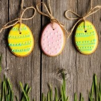 Galletas de Pascua decoradas. Huevos para colgar