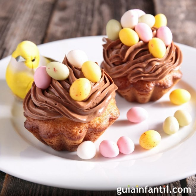Muffins de Pascua decorados. Chocolate con huevos