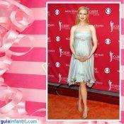 La actriz Nicole Kidman embarazada con un vestido corto de raso color perla