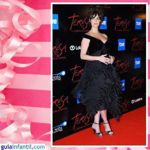 La actriz Paz Vega embarazada con un vestido negro de terciopelo