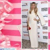 La actriz Sienna Miller embarazada con un vestido recto y capa