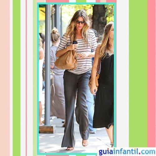 La modelo Gisele Bundchen embarazada con vaqueros y camiseta marinera