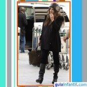 La actriz Penelope Cruz embarazada con look total black y gorro ruso de pelo