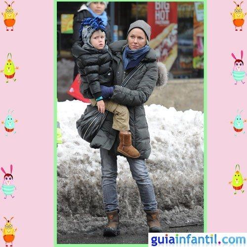 La actriz Naomi Watts y su hijo Samuel comparten moda de inveirno