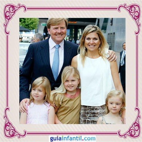 El Principe heredero Guillermo Alejandro de los Países Bajos con sus tres hijas