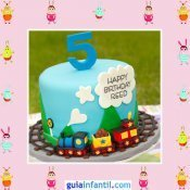 Tarta de cumpleaños decorada con un tren de fondant