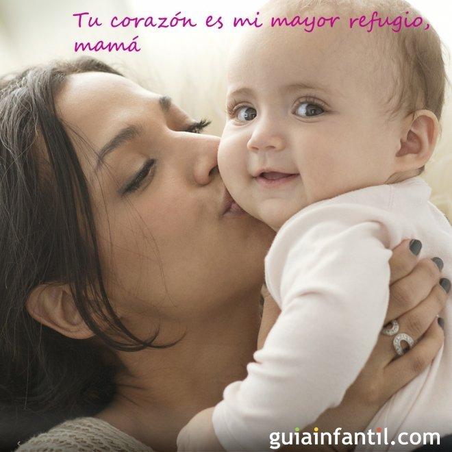 Dulces imágenes de amor con una madre besando a su bebé para hacer