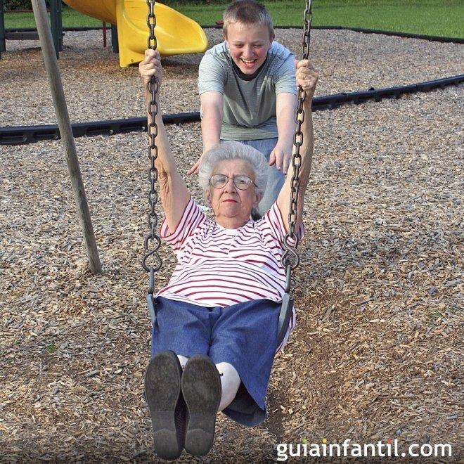 Los abuelos se vuelven niños cuando juegan con sus nietos
