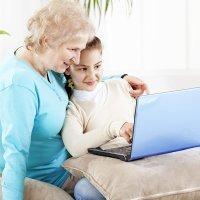 Los abuelos aprenden a usar las nuevas tecnologías con sus nietos