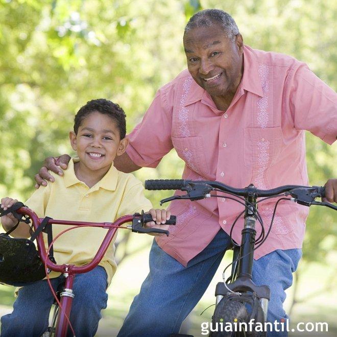 Los abuelos llevan al parque a sus nietos