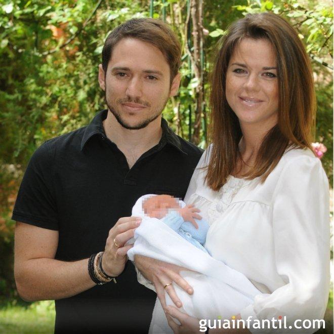 Manuel Martos y Amelina Bono con su bebé Jorge