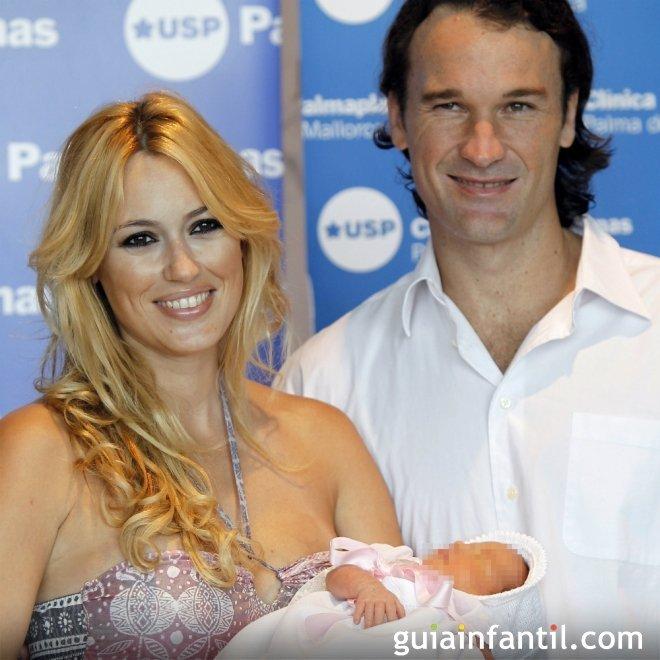 Carolina Cerezuela y Carlos Moyá con su bebé Carla