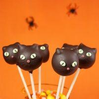 Cake pops con forma de gato negro para Halloween