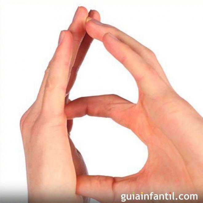 La letra B con las manos de los niños