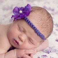 Cinta trenzada morada con flor y perla