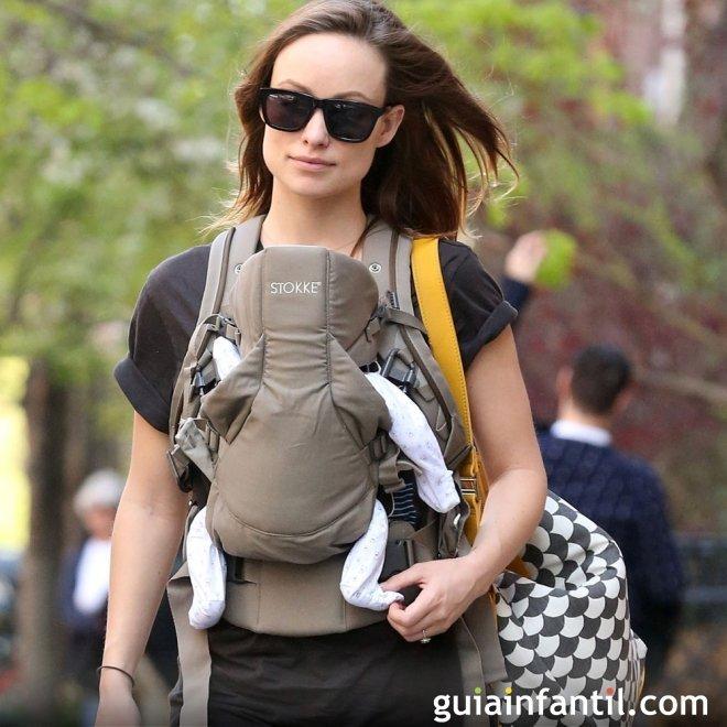 Olivia Wilde portea a su bebé con una mochila
