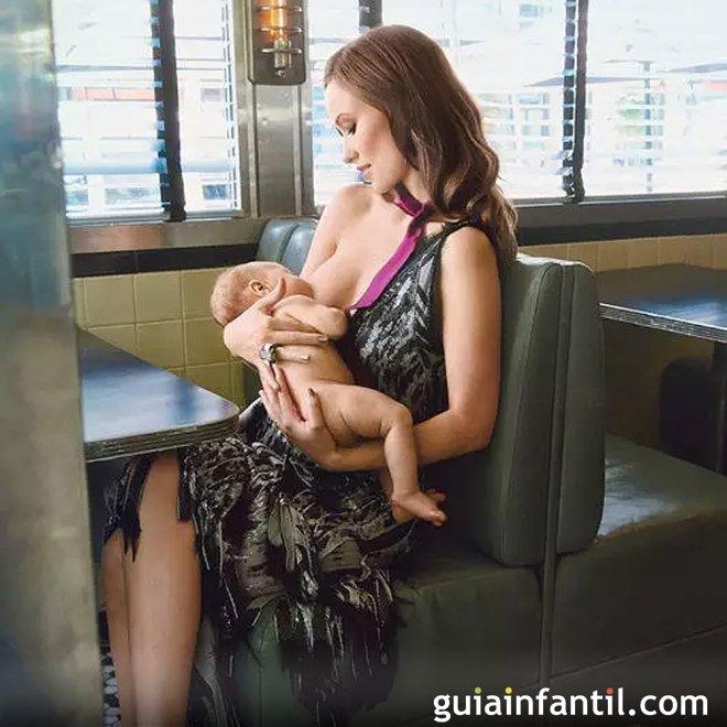 Olivia Wilde posa mientras amamanta a su bebé