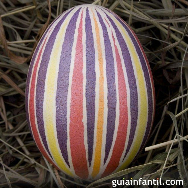 Decoración de huevos de Pascua con rayas indefinidas