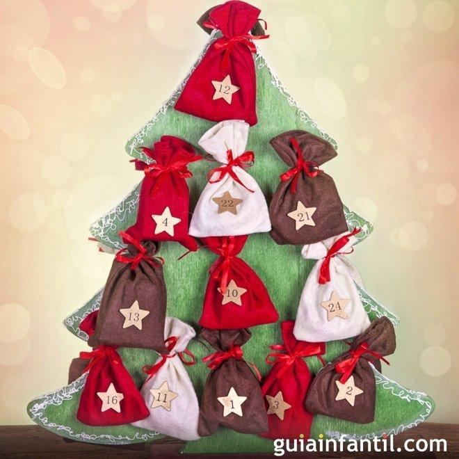 Calendario hecho de bolsas de tela en rbol de navidad - Arboles de navidad de tela ...
