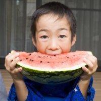 Beber mucha agua y comer varias piezas de fruta diarias
