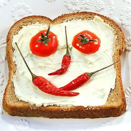 Sándwich rojo con carita para niños