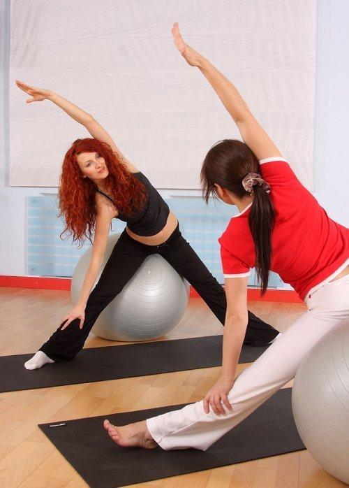 Estiramientos de brazos y abdominales sobre la pelota para la embarazada