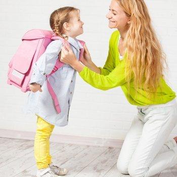 La mochila y la espalda de los niños