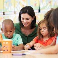 Los maestros, los padres y los niños.
