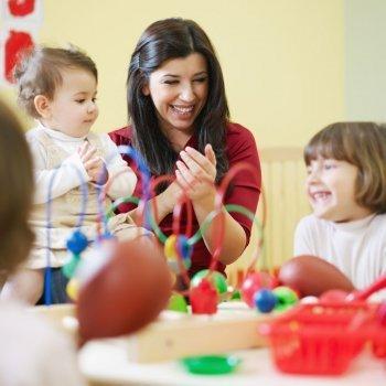 Qué hacen los bebés y niños en la guardería