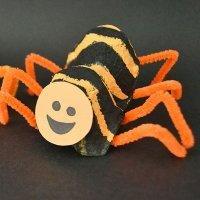 Araña de Halloween con material de reciclaje