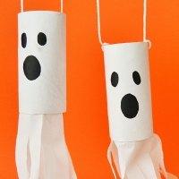 Fantasmas de Halloween. Manualidades de cartón para niños
