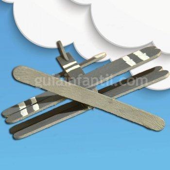Avión de madera para niños con material de reciclaje