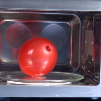 Inflar un globo en el microondas