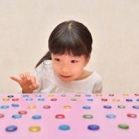 Jugar a las chapas. Actividad infantil tradicional
