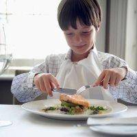 Cómo enseñar a los niños a utilizar los cubiertos en la mesa