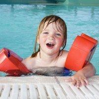 Riesgos de flotadores y manguitos para los niños