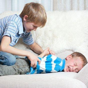 Cómo debe comportarse el niño cuando otros niños le pegan