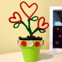 Maceta con flores en forma de corazón. Manualidades fáciles