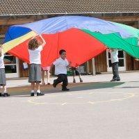 Juego de psicomotricidad musical con paracaídas para niños