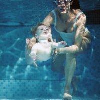 Clase de natación de bebés en videos