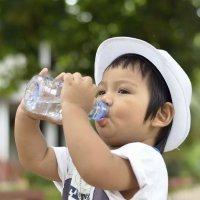 Los niños han de beber más agua que los adultos