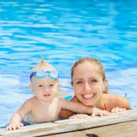 El primer baño del bebé en la piscina