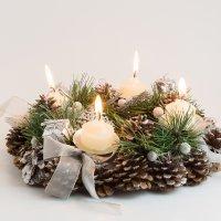 Corona de Navidad con piñas. Manualidades fáciles