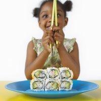 Los riesgos de dar alimentos crudos a los niños