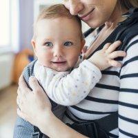 Porteo, ventajas y beneficios de llevar al bebé en contacto directo