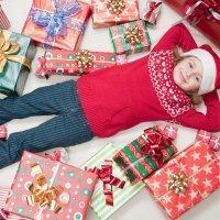 Cuando el niño tiene demasiados regalos de Navidad