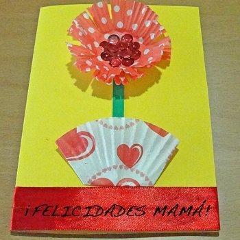 Tarjeta de flor con moldes de magdalenas. Manualidad del Día de la Madre