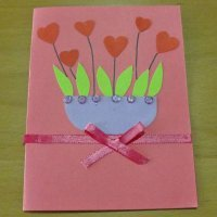 Tarjeta con un tiesto de corazones, manualidades del Día de la Madre